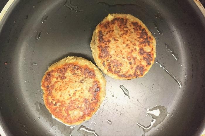 れんこんハンバーグを作りましょう。  れんこん以外を炒める 水切りして崩したお豆腐、玉ねぎ、マッシュルームをフライパンで水分を飛ばすように炒めます。 炒めながら、にんにく、しょうが、醤油で味付けします。十分に炒めたら火を止め、ボウルに入れて、蓮根(みじん切り、おろしたもの両方)と混ぜ合わせます。