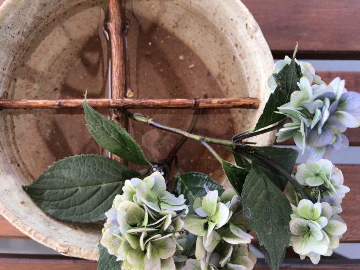 動きを出す為に十字に器の中にセットした花止めを使って、紫陽花に抑揚をつけてみましょう。