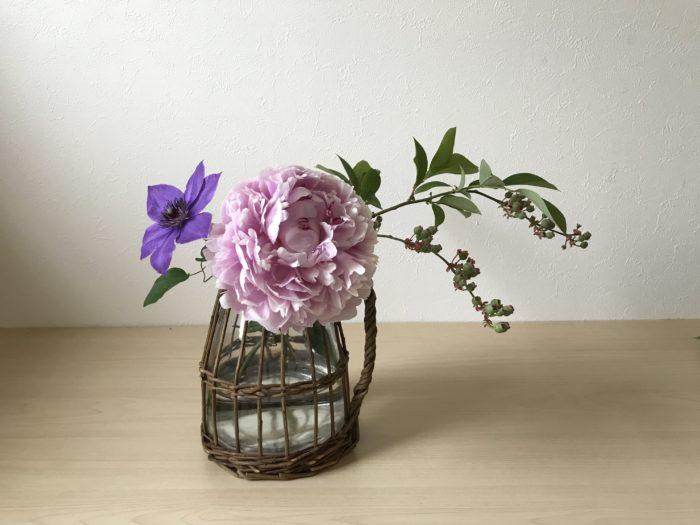 3.クレマチスの位置を決めます。  クレマチスは芍薬の厚みや重量感ある花を可憐な花びらとシックな色で全体を引き締めバランスを取ります。