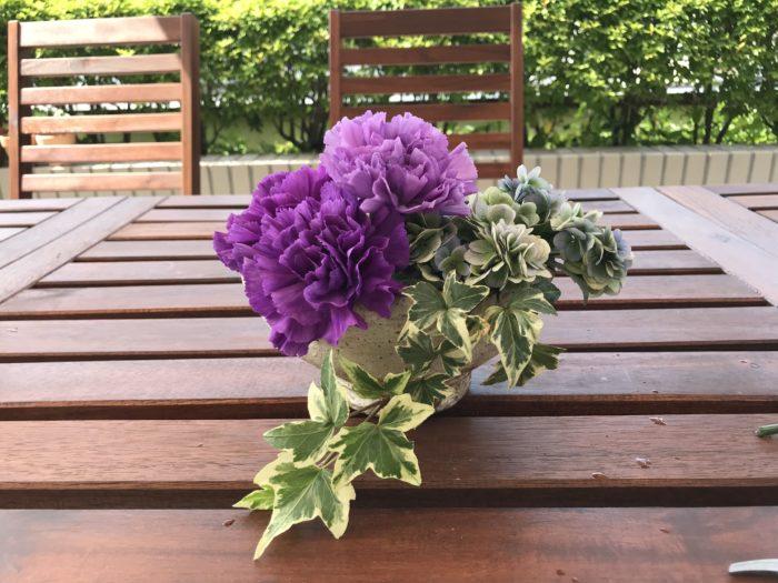 5.アイビーを手前に、山紫陽花から自然に流れる様なラインで生け込みます。