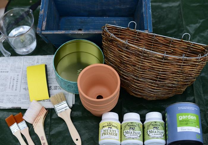 ・ハケ ・屋外用の水性塗料 ・マルチプライマー ・紙やすり ・新聞紙 ・水を入れたバケツ ・使い捨て手袋 ・ペイントしたい器  マルチプライマーとは、金属類やガラス、コンクリート、プラスチックなどをペイントする際に下塗りしておくと、ペイントの密着が良くなる塗装用下塗材のことです。