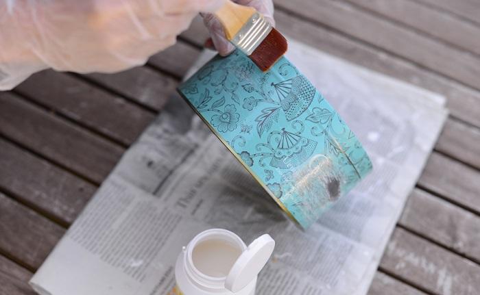 空き缶の汚れや油分、ゴミなどを取り除き、全体的に下塗りします。その後しっかりと乾かします。