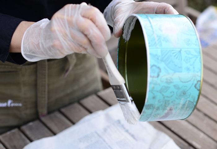 空き缶の内側からペイントを始めます。植物を植えたら見えなくなる部分は塗らなくても大丈夫です。
