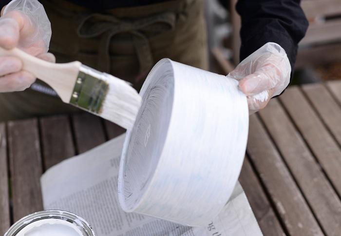 手を空き缶の内側に持ち替えて、底の部分をペイントします。