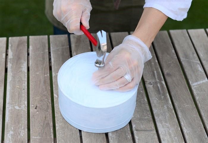 しっかり乾かした後に、空き缶の底に釘で穴をたくさん開けます。穴は釘穴より少し大きめに広げられたらベストです。  穴が少なすぎたり、小さすぎると土がつまって排水ができなくなってしまうので注意しましょう。
