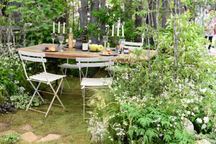 今年の大賞を受賞されたRadiant Green Garden+株式会社貝塚造園+Green Calm Houseさんが手がけたガーデン。  穏やかな森の中で風を感じながら過ごす様な素敵な空間に憧れます。