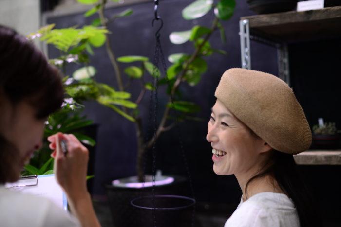 自宅のインテリアに合わせたり、プレゼントを選んでいるお客様には、日当たり、ライフスタイル、例えばお手入れは週に1度はお水をあげたり、時には日当たりの良いベランダに出してあげることはできますか?など質問しながら、お客様が無理なく育てていけそうな植物をおすすめしています。