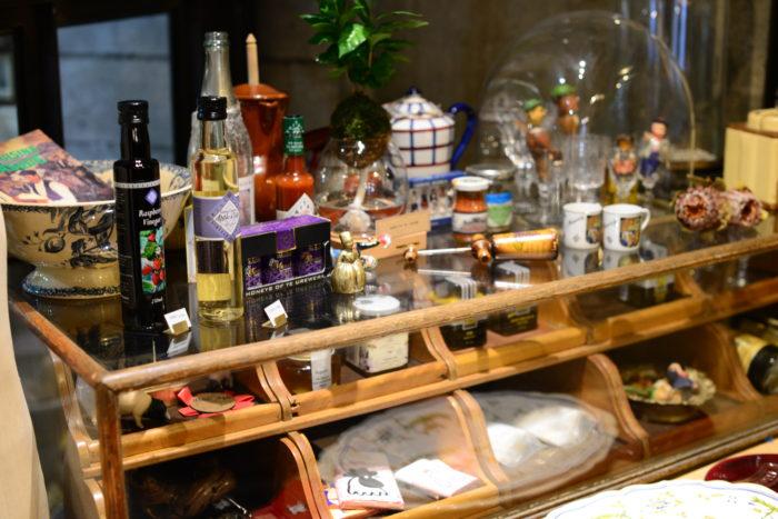 フランス雑貨  武藤さんがフランス在住の際、蚤の市で集めた雑貨も店内にあります。フランスが大好きな方は、絶対お持ち帰りしたくなる可愛い小物や食器たちなんです。