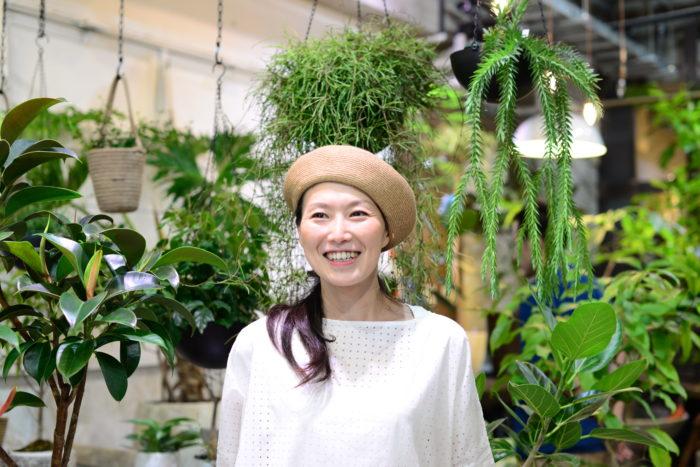 ストアマネージャー 文屋 泉さん  TRANSHIPの代名詞といえば、やっぱりインテリアに良く似合う観葉植物ですね。フリーのスタイリストとしてもご活躍されていたストアーマネージャーの文屋さんにお話を伺いながらおすすめの観葉植物をご紹介いただきました。