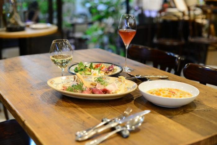 フロールと共に楽しむフランス郷土料理、南西部のバスク料理  今回武藤さんにご用意いただいたのは、ロゼのような色合いで甘い香りがたまらないハーブワイン「フロール」。フロールは、フランス語で「お花」という意味なんです。  特別に試飲させてもらいましたが、ラベンダーやオレンジブロッサムの香りが口の中で広がり、とっても心地が良くなる白ワインでした。何杯でも飲みたい!  その他にも、バスク地方の郷土料理で生ハムの味が引き立つ、お野菜とお豆の「スープガルピュール」。