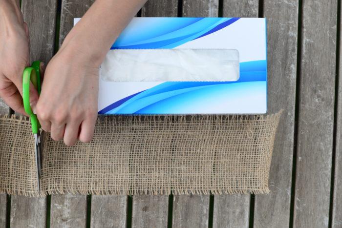 小玉スイカを包み込むくらいの長さの麻テープを用意します。