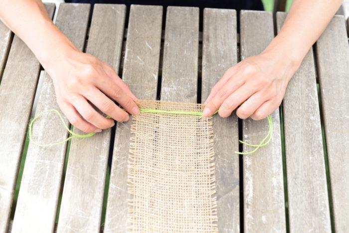 小玉スイカの重みに耐えられるように、麻ひもを二重にして麻テープの端に巻き込みます。