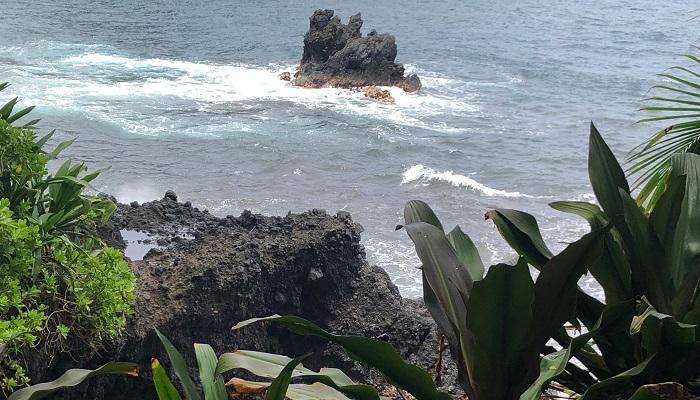 波が岩にぶつかる様子が見えます。波が高いと通路まで海水が来るのでしょう、子ども連れの方は手を離さないように、と注意書きがありました。