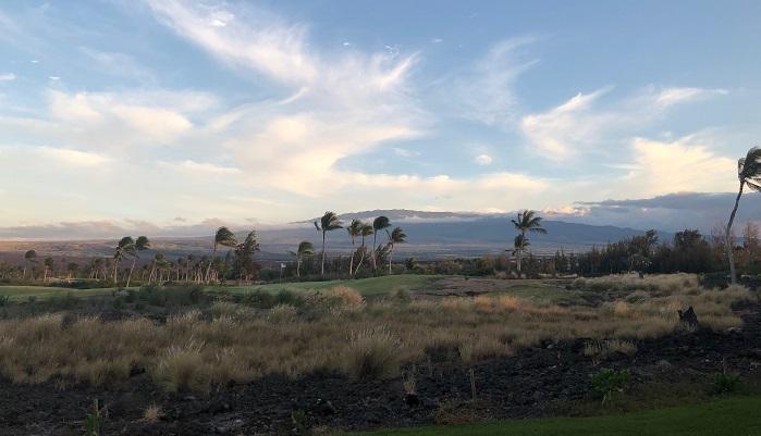 島の中心に4000m級の山が2つあります。マウナ・ケア(4205m)とマウナ・ロア(4169m)です。マウナロアの山頂には各国の天文台があり、日本もスバル天文台という天文台を設置しています。ハワイ島の気候はこまかく分けると七つある、と昔ハワイ島に住んでいる人に教えてもらいました。島の中心にある山に貿易風があたり雲ができ、その雲が島の東側にあるヒロという都市の周辺でたくさん雨を降らせます。ヒロはいつも雲が覆っていて、気が付くとハラハラ雨が降ったりやんだりしています。そんな風に雨が降っても地元の人たちは全く傘をさしていないので、雨が日常に組み込まれているのだと思います。山を越えて反対側のコナ空港があるエリアは乾燥しています。晴れが多く、全体的にからっとした陽気です。ヒロは対照的なイメージがあります。