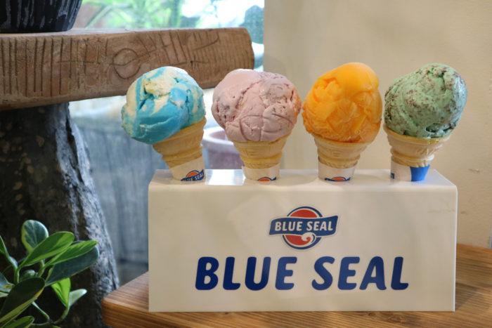店内で購入できる沖縄創業のブルーシールアイス。