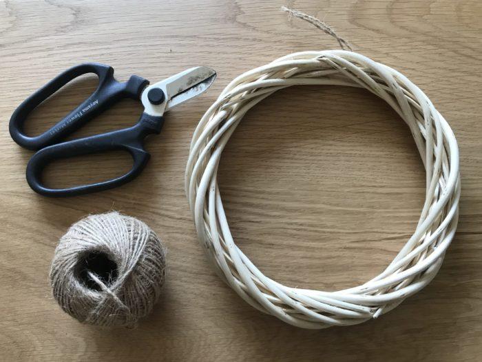 用意する道具…リースの土台、麻紐、花バサミ(必要であれば麻紐を切るハサミ)