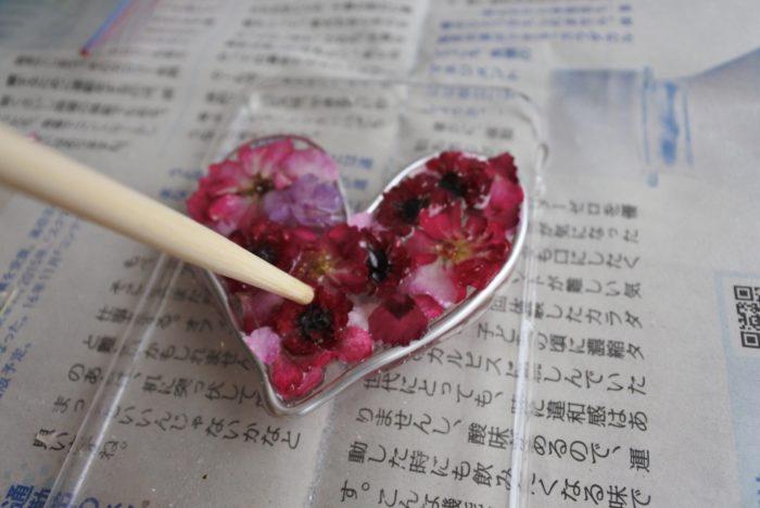 花弁が飛び出すぎる場合は割りばしやピンセットで割れないように注意しながら押し込みます。