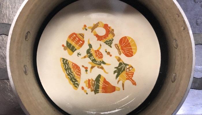 4.ワラビがお湯につかるように落し蓋をします。お皿でもOKです。