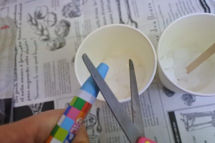 色を付ける場合はクレヨンをハサミやカッターで削るようにして加えます。