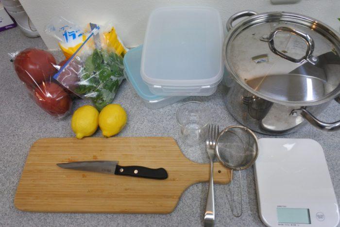 材料 バジル…お好みの量。今回は15g使用しました。  レモン…2個  トマト…大1個  砂糖…250g  水…1000ml  ※2つ一度に作りましたが、片方のみ作る場合は砂糖、水の量を半分にして下さい。  調理器具 ナイフ  カッティングボード  計量カップ  計り  タッパーまたはアルミのバットなど2つ  フォーク  【あったら便利】  ピーラー(レモンの皮を削ぐ時)  茶こし(レモンの種を取り除く時)  泡だて器、おたまなど(砂糖を溶かす時)