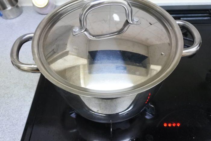 まずは水(1000ml)を火にかけ沸かしておきます。