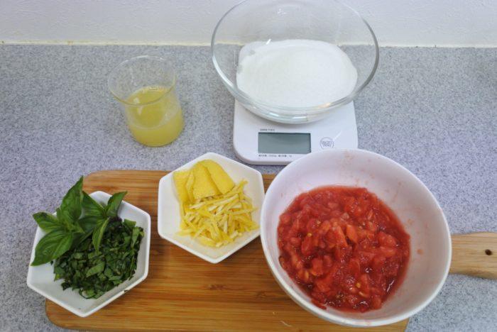 レモン2個を半分に切り絞り、1つ分の皮を削いで細い千切りにします。  バジルも細い千切りにします。長すぎる場合は半分や3分の1などに切って調整しましょう。  トマトは7~8mmの角切りにします。種部分も使用しました。  飾りに使う葉などを残しておくといいですね。