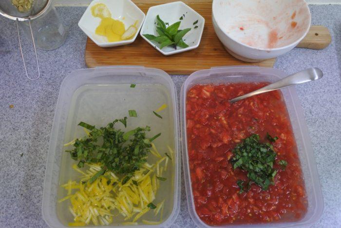 バジルを半分ずつ、レモン、トマトをそれぞれに入れます。
