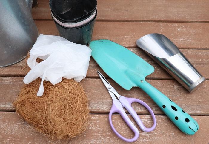 ・スコップ ・土入れ ・ハサミ ・ポリポット ・植え替え用の小さな鉢 ・土 ・緩効性肥料 ・ココヤシファイバー ・手袋 ・ジョーロなど
