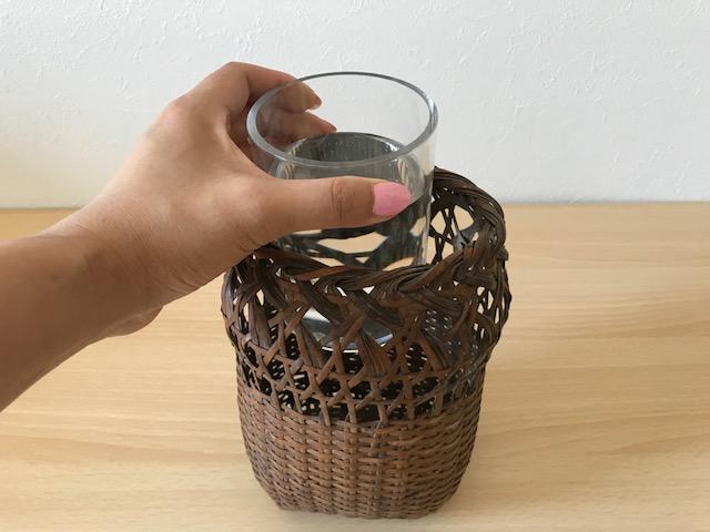 籠に入るサイズのグラス等を準備します。グラスにお水を入れて籠の中へ。