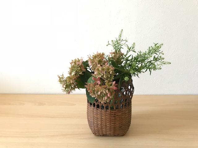 ナズナをヤマアジサイの横に同じ位の高さ位で生けます。  ナズナもヤマアジサイも小さな花が集まる植物ですが、花の色の違いや丸い房が集まるヤマアジサイと縦に長い形をしたナズナは、形の違いもあるので合わせて生けてもバランスを保ち活かしあう事が出来ます。