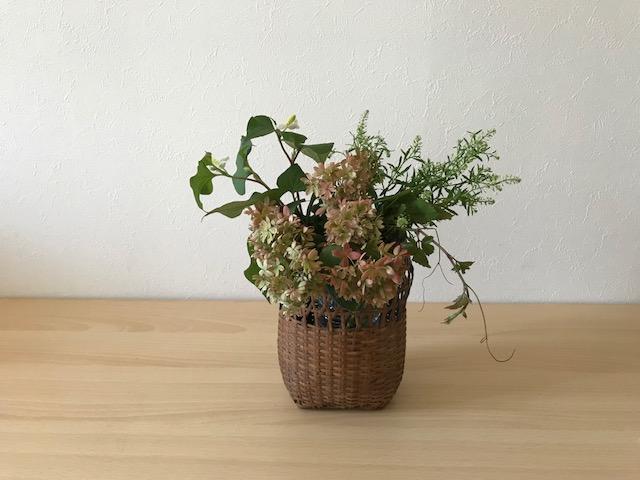 ドクダミはヤマアジサイの右後ろに少し高さを出して生けてみましょう。色の濃い大きなハート型の葉が全体に細かい草花に締まりを出してまとめ上げる役割をします。