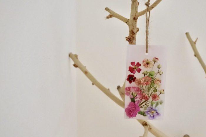 麻紐やリボンを通せば引っ掛けて飾れます。  玄関やお手洗い、車など狭いスペースで実力を発揮します!  クローゼットやベッドサイドにもおすすめ。  花の退色を防ぐには直射日光が当たらない場所に置きましょう