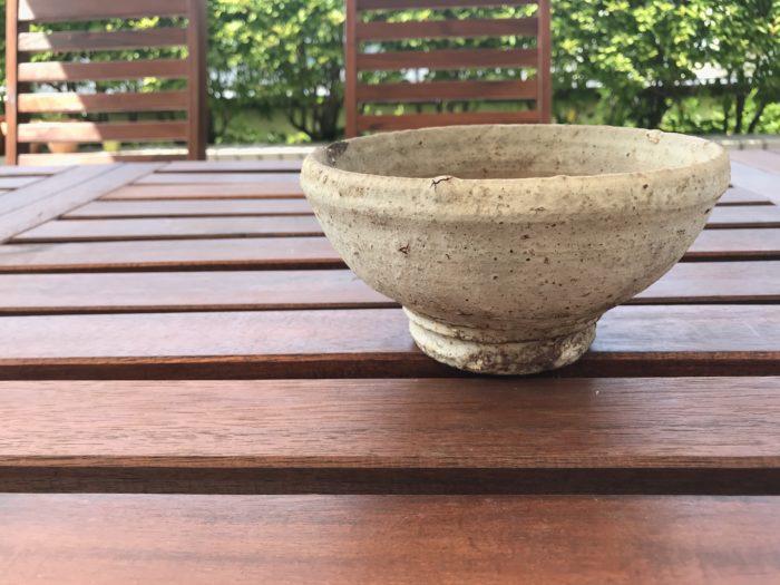 今回はお椀型の器を使ってカーネーションを生けてみます。  お椀型の器は比較的背が低く、テーブルの上などにも飾りやすい形です。  形も丸く、テーブルの真ん中に置くと、四方見(シホウミ)という見え方で、どの位置から見てもお花を楽しむ事が出来ます。