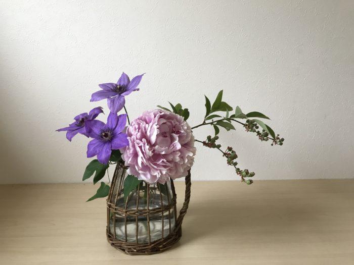 クレマチスの残りも芍薬の横にあしらいます。  これはグルーピングという生け方で、一か所にまとめて生ける事によって全体が引き締まる効果と、  芍薬の存在感とクレマチスの可憐さの両方を引き立て合う事が出来る生け方です。  コツは自然に咲いている様に、花の向きを意識して生けてみましょう。