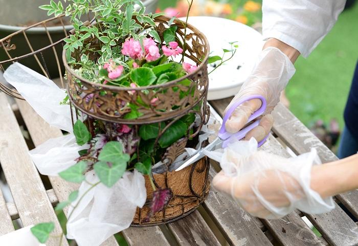土がしっかり入ったら、不要な不織布をカットします。 ココヤシマットの高さより1cmくらい長めにカットすると、土の流出を防げます。