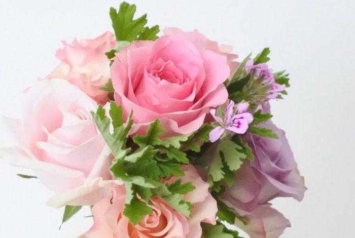 海外ではバラを贈ることが一般的なため、日本でもバラは良く使われます。黄色いバラも贈られていますが、嫉妬など良くない花言葉もあることため気にされる方に贈る場合は気を付けましょう。好きな色のバラを贈ってもいいですね。