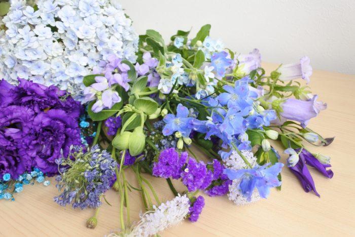 白や青系の花と組み合わせると爽やかで涼し気な印象になります。男性へのプレゼントにもおすすめですよ。