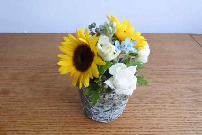 大きめの花や目立つ花から挿していくとバランスが取りやすいです。全部同じ向きにせずに挿すとナチュラル感が出ますよ。横や後ろからどのように見えるか確認しながら挿していきましょう。