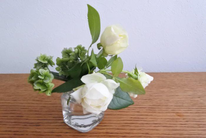 屋上ガーデンに咲いていた白バラ、ヤマアジサイ  お花屋さんで買う場合は白や黄色、淡いオレンジのバラやほかの花でも大丈夫です。ヤマアジサイは他の白や緑のアジサイなどで代用しましょう。
