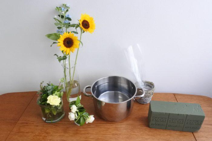 花材、アレンジメント用バスケット、保護用セロファン、オアシス、オアシスを沈める大きめの容器