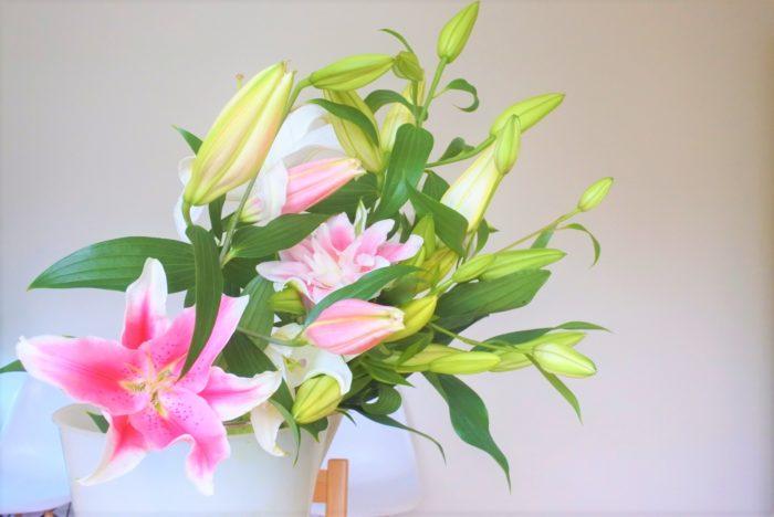 切花になっても蕾が次々に開くため、1本あたりの咲いている期間が長く、またその開いていく過程も楽しめます。花が大きく高さも出せるので、1本で飾っても存在感、華やかさがありますね。そんな大きいイメージのあるユリですが、実はカットする時の自由度が高く、小さく切って飾ることもできるんです。