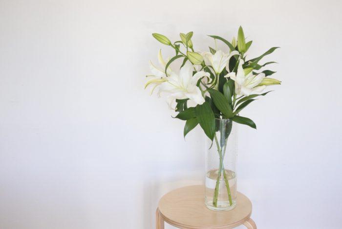 大きい花瓶があれば、まずはユリらしい立ち姿を活かして生けるのがおすすめです。半分より下の葉は取り除いて、花の方まで水を送りやすくしましょう。水の量はユリの長さの1/4~1/5程度の深さで大丈夫です。  ユリは上の方にボリュームがあり、水も少なめで重心を下げにくいため、長さを出して生けると倒れやすいです。花が次々に大きく開くことも考慮して、重さや安定感のある花瓶を選びましょう。  下の方の花が終わったり、大きい花瓶がない場合は、お手持ちの花瓶に合わせた長さに切りましょう。花瓶の中に入ってしまう部分の葉は取り除きます。