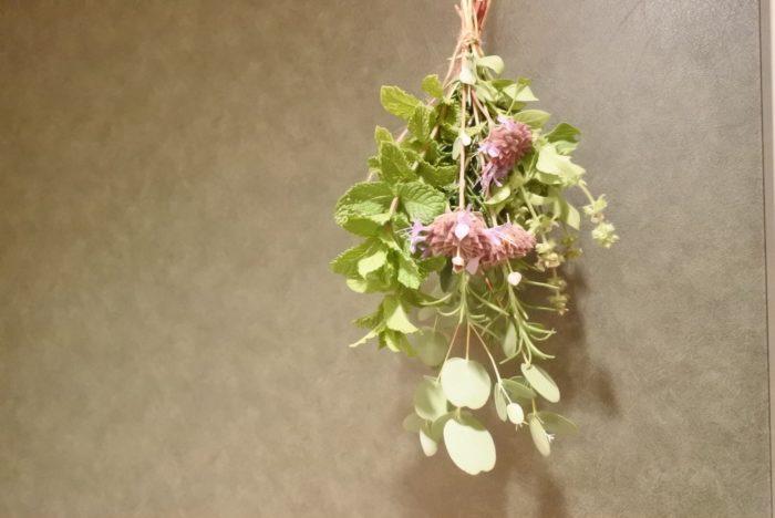 逆さに吊るすようにして飾ります。ドライになっても香りが残っているうちは虫よけ効果があります。