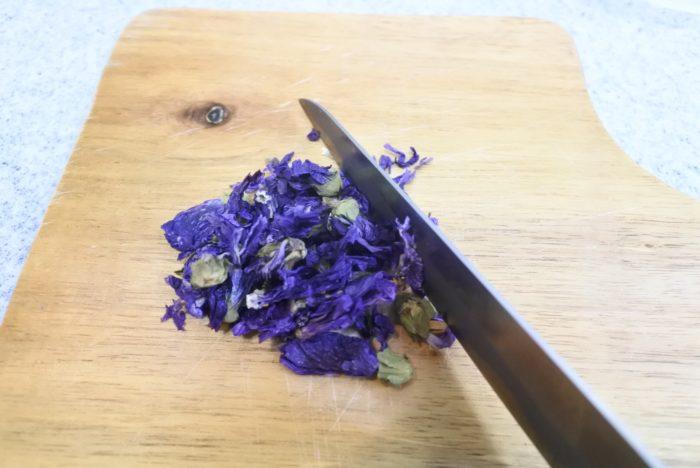 ドライにしたハーブ(ハーブティーのハーブ)は細かく刻んでおきましょう。色や香りが出やすく、使用感も良くなります。写真のブルーマロウは、花弁のみを使用した方が綺麗な色に仕上がりました。