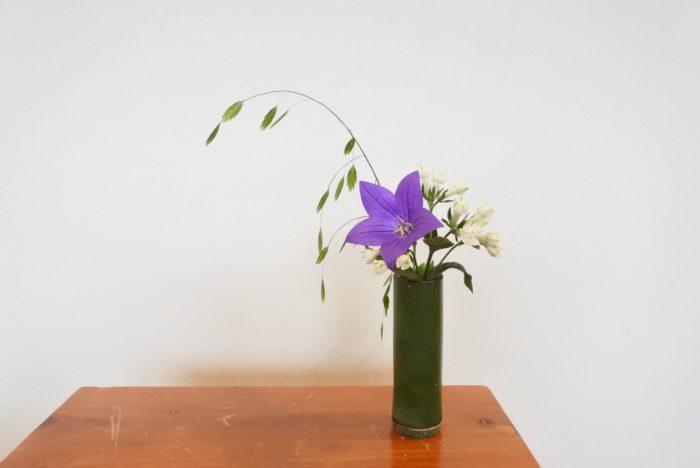 キキョウ、ブバルディア、コバンソウを竹の花瓶に生けました。七夕にも合いますね。