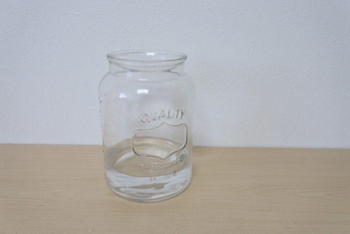 安定感のある花瓶を選び、浅めの水に生けましょう。