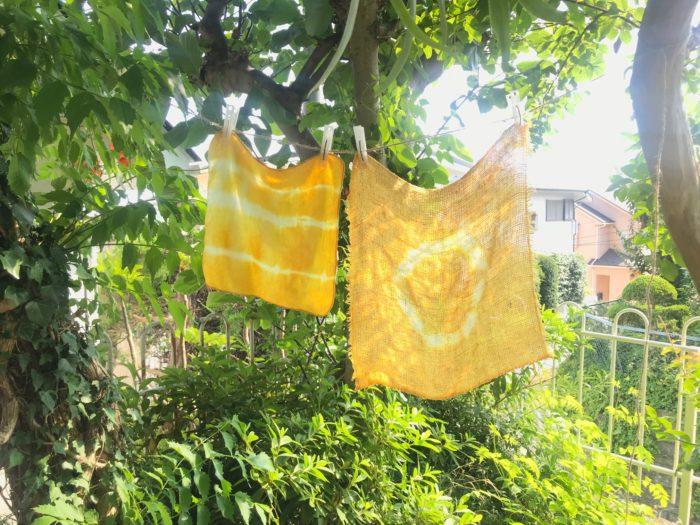 12.水洗いしたハンカチを干して乾いたら完成です。鮮やかな黄色がお日様によく似あいますね。