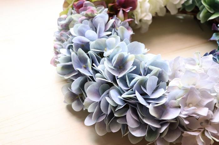 アーティフィシャルフラワーとは、「生花」の代わりとしてつくられた高品必な「造花」です。 造花と聞くとあまり良いイメージが無いかもしれませんが、この頃は近くから見ても生花に劣らないリアルな造花がたくさんあります。生花のような自然な色彩で染色され、茎や葉も本物にとても近い仕上がりになっています。インテリアの中に造花を取り交ぜて飾るととってもおしゃれな空間になります。