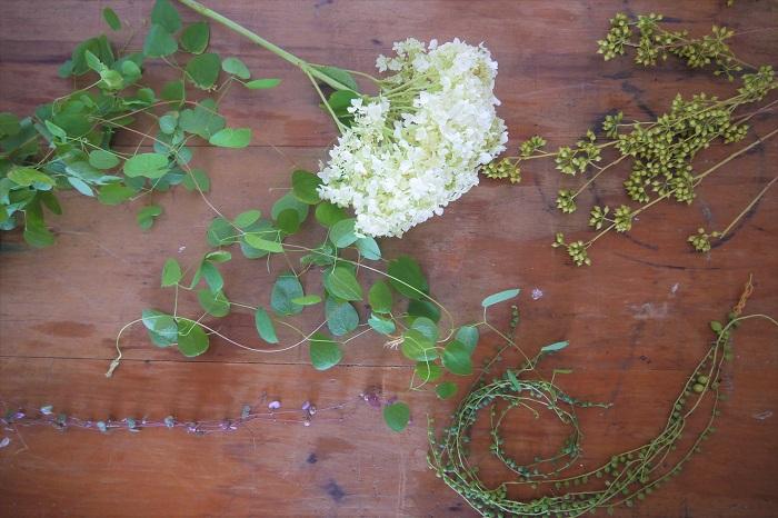 ベースは上手に出来ましたか。ベースが出来あがったら、いよいよお花を入れていきます。今回はアナベルに合わせてホワイト×グリーンの花材でまとめました。