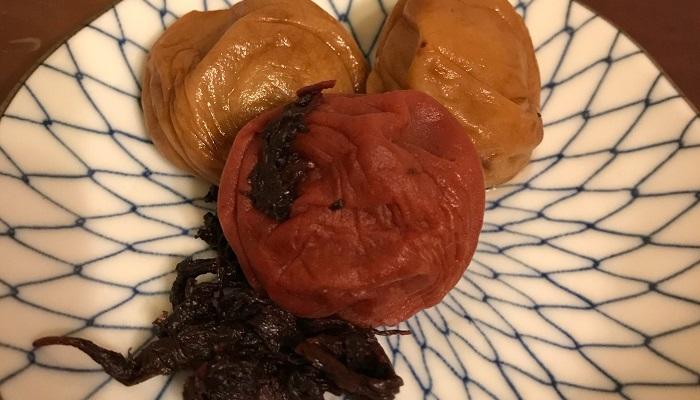 奥が「白干梅」!手前がシソの梅干しです。密封した容器に入れるようにして、保存は冷暗所でしましょう。冷蔵庫でも大丈夫です。  梅酢は料理などにも使うことができます。赤紫蘇を入れたときの梅酢は、ショウガを漬けると紅ショウガになります。薄切りにしたショウガを半日ほど陰干しして、梅酢に漬けると半日ぐらい置けばできあがりです。